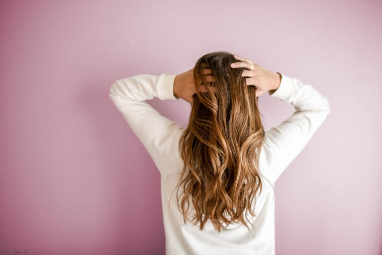 Mujer tocándose el cabello